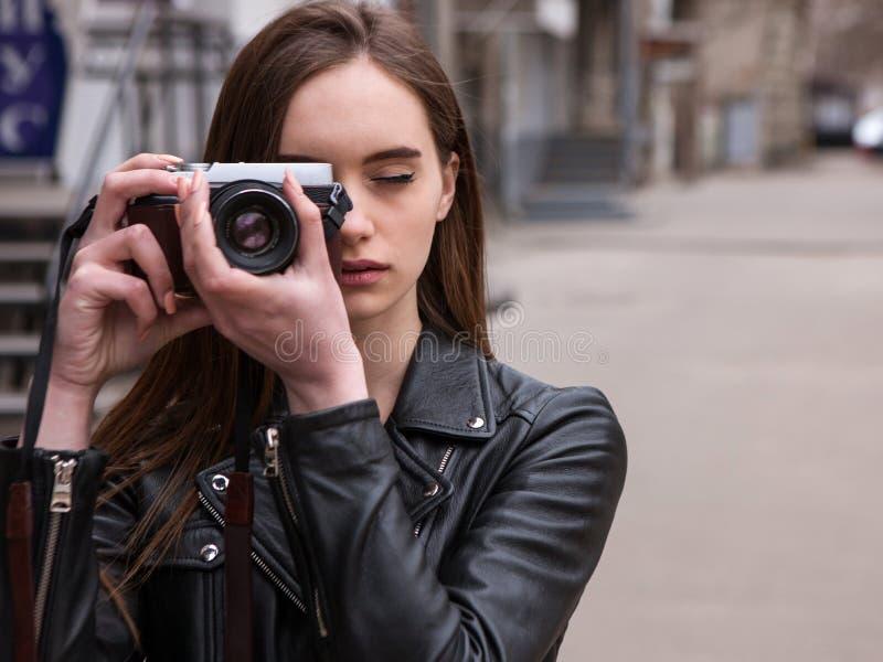 Женский фотограф Электроника старой школы стоковое фото