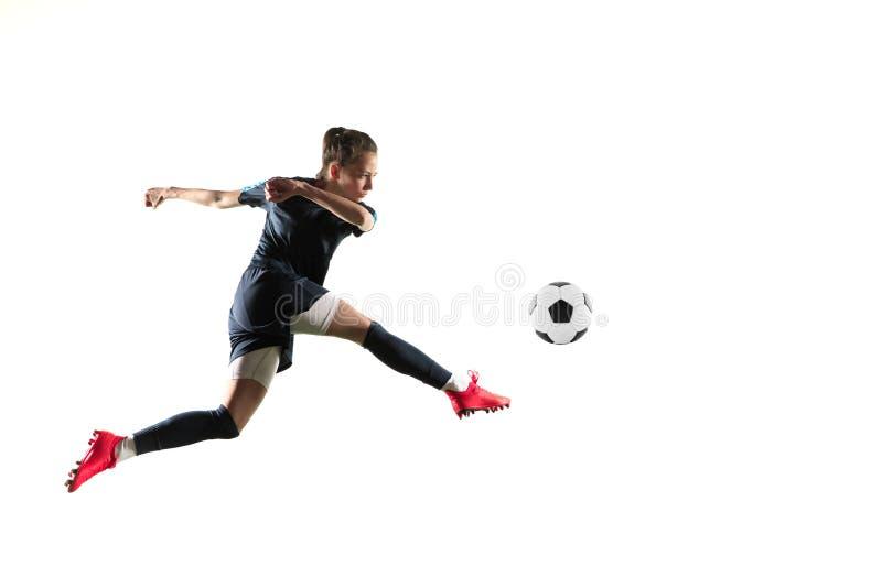 Женский футболист пиная шарик изолированный над белой предпосылкой стоковые фото