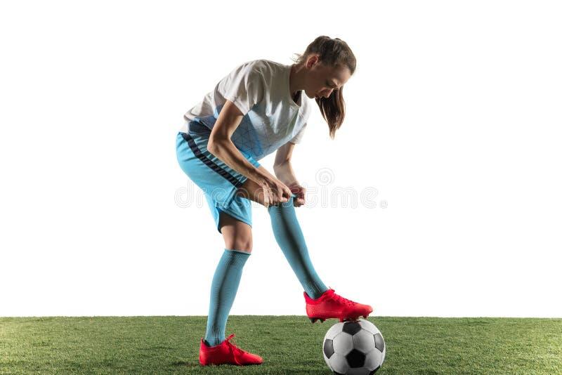 Женский футболист подготавливая для игры изолированной над белой предпосылкой стоковое изображение rf