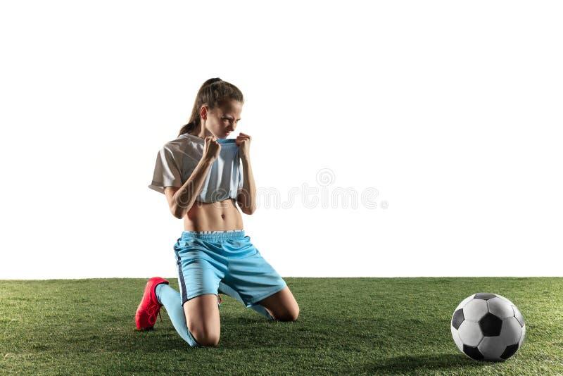 Женский футболист сидя с шариком изолированным над белой предпосылкой стоковая фотография