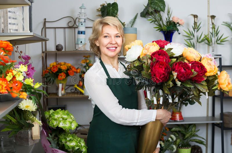 Женский флорист на работе стоковая фотография rf