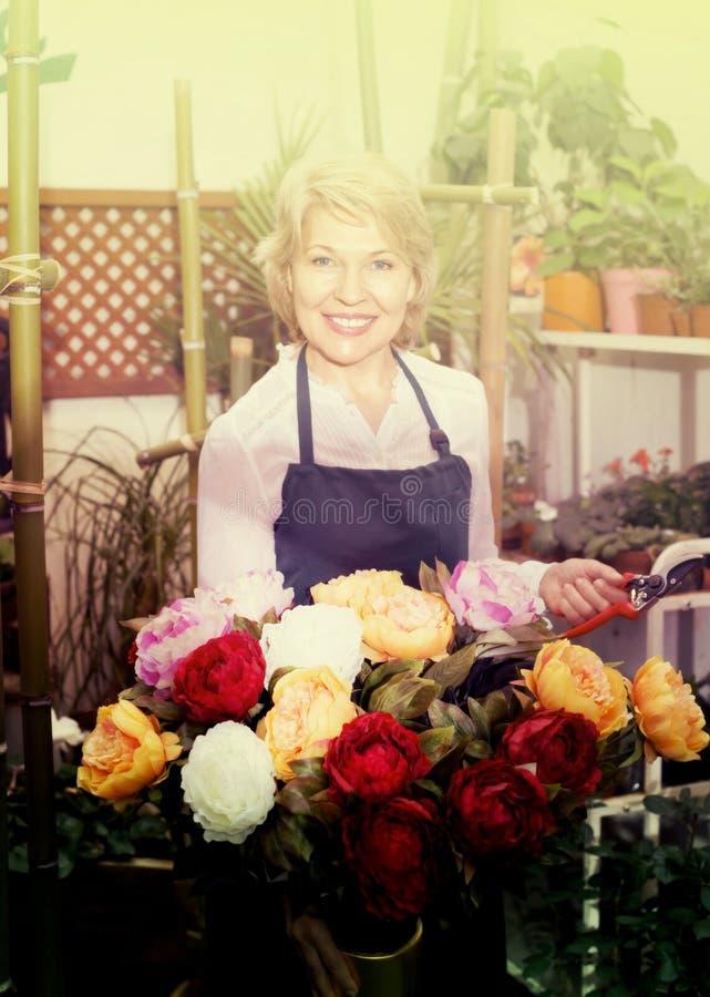 Женский флорист на работе стоковые фотографии rf