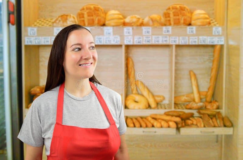 Женский хлебопек смотря искоса стоковая фотография