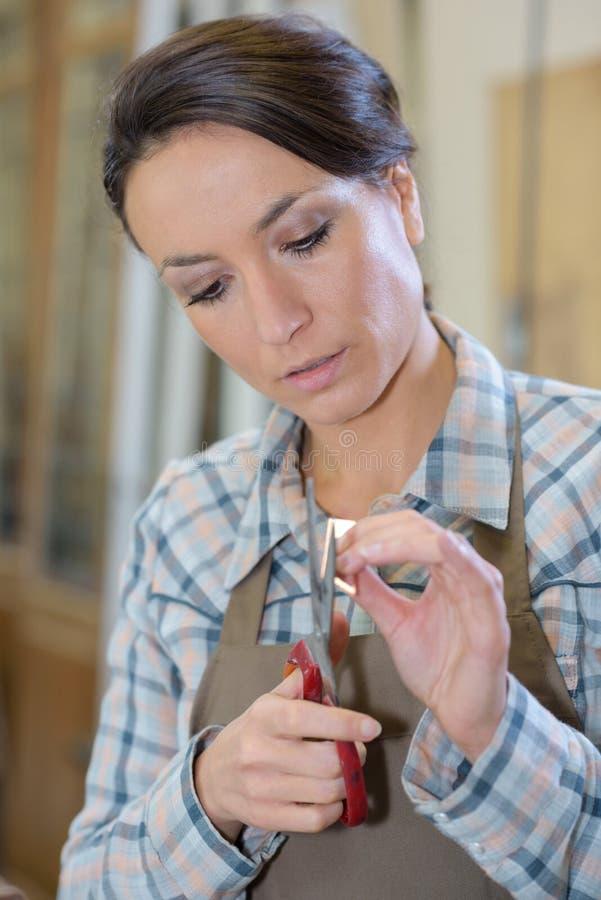 Женский художник используя ножницы стоковое изображение rf
