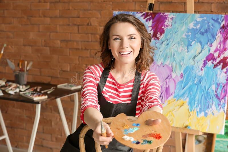 Женский художник с палитрой щетки и краски в мастерской стоковое изображение rf