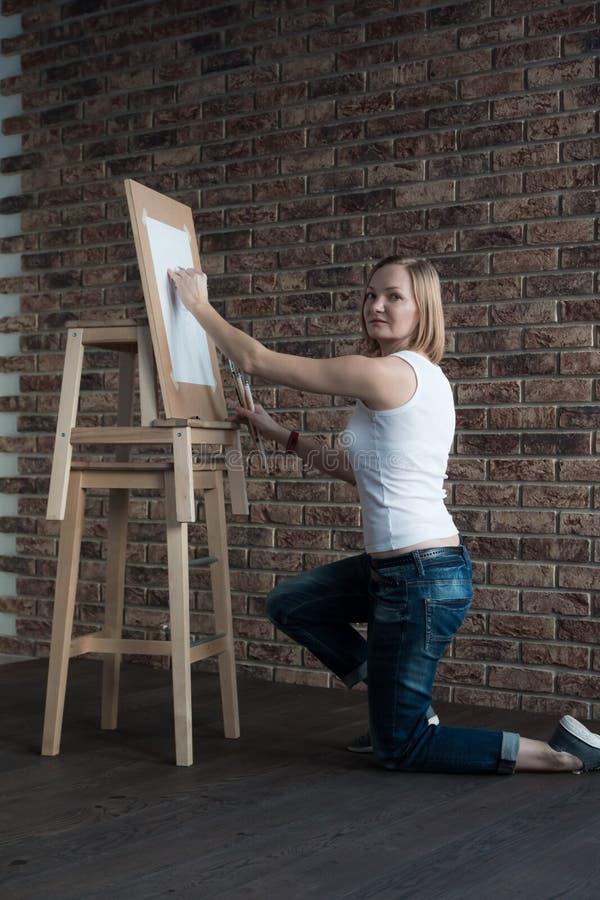 Женский художник рисует в комнате стоковая фотография rf