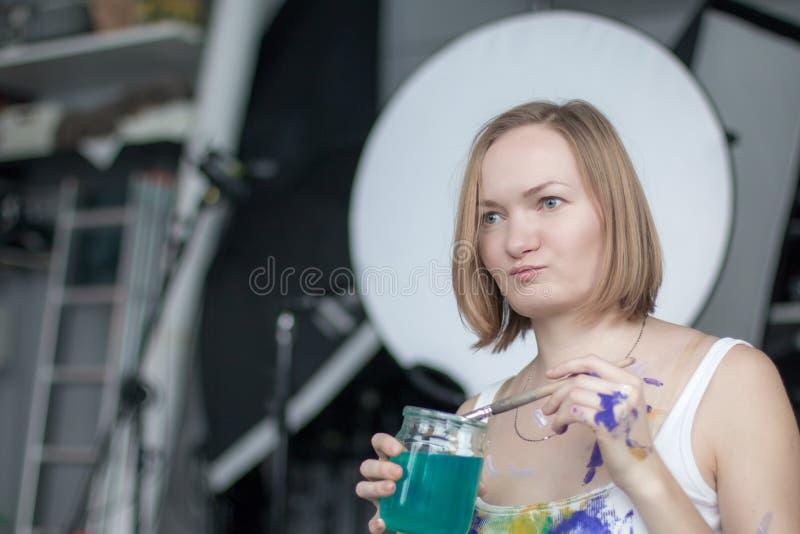 Женский художник с короткими белокурыми волосами стоковое изображение rf