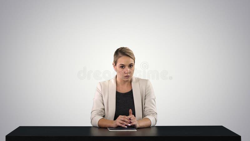 Женский читатель новостей представляя новости, добавляет ваш собственный текст или отображать экран за ей на предпосылке градиент стоковое фото rf