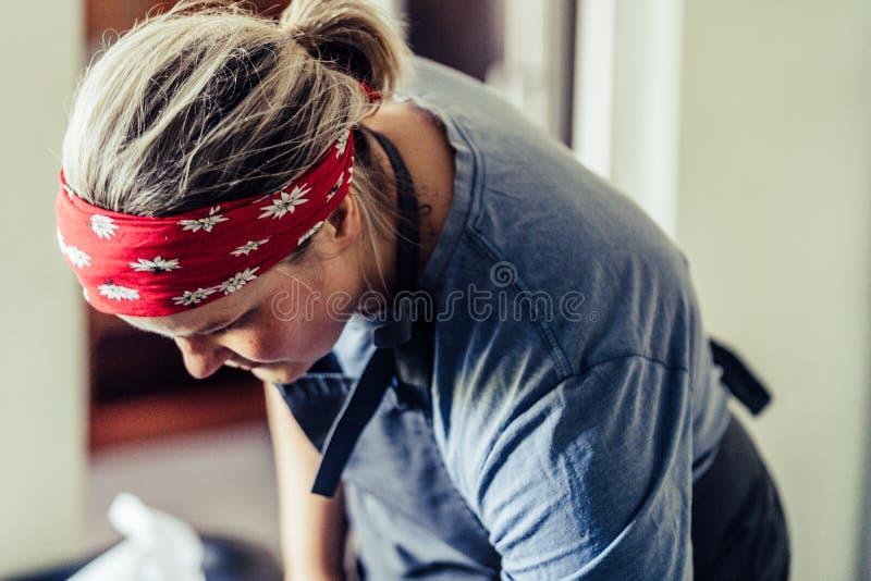 Женский шеф-повар принимая перерыв от подготовки еды - счастливой, усмехающся, концепция трудного человека работы стоковые изображения rf