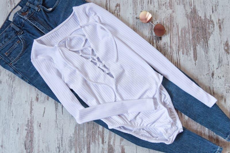 Женский шкаф Белое тело с связью, голубыми джинсами и солнечными очками стоковые изображения rf