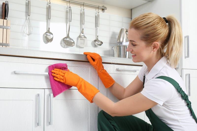 Женский шкаф чистки привратника с ветошью стоковые фотографии rf