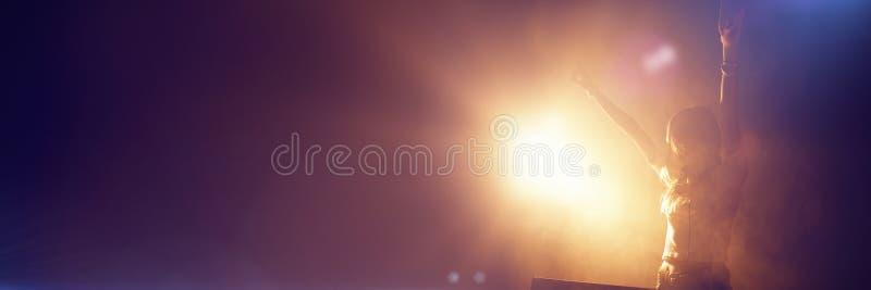 Женский DJ при оружия поднятые на клубе иллюстрация штока