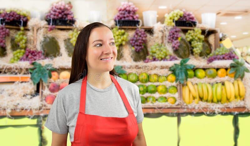 Женский greengrocer смотря искоса стоковые фото