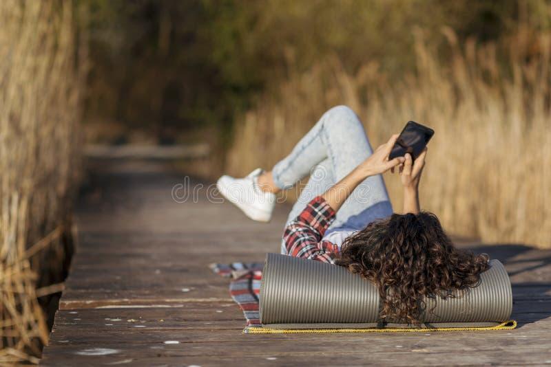 Женский hiker ослабляя на доках стоковое фото rf