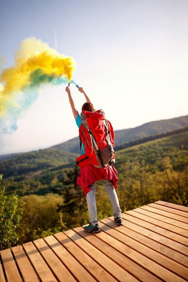 Женский hiker от задней части с факелом с дымом стоковые изображения