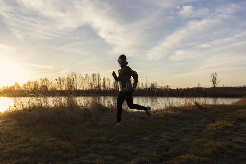 Женский jogger в утре стоковые фото