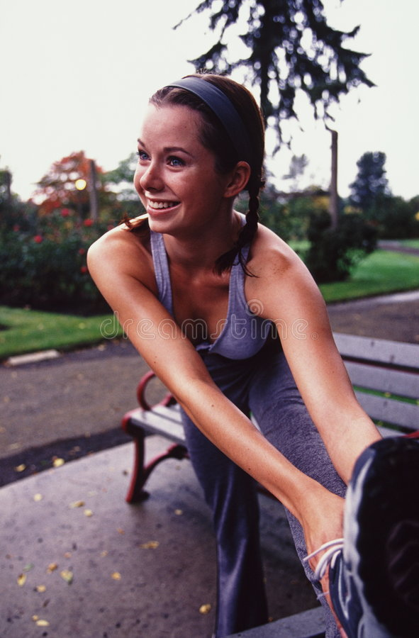 женский jogger strecting стоковые изображения rf