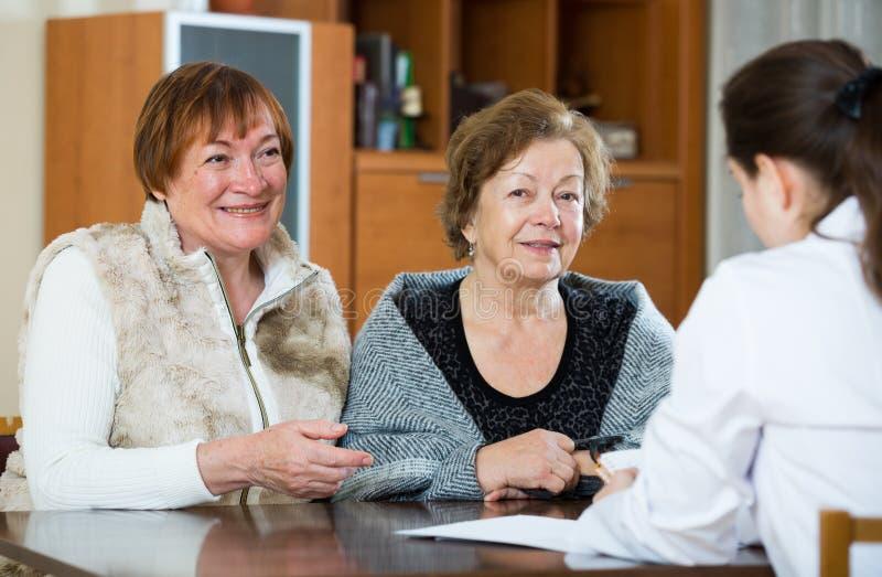 Download Женский Therapeutist советуя с старшими пациентами в клинике Стоковое Изображение - изображение насчитывающей обсуждать, персона: 81800339
