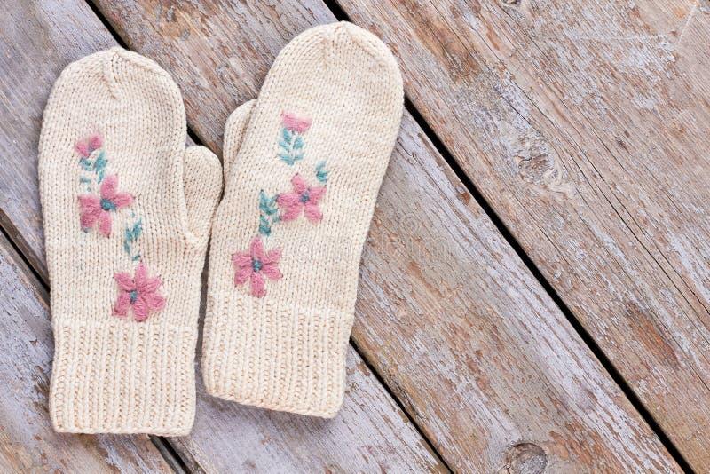 Женским винтажным mittens связанные стилем стоковое фото rf