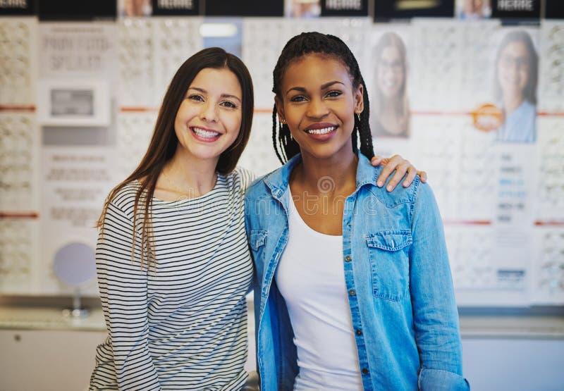 2 женских партнера раскрывая новое дело стоковая фотография rf