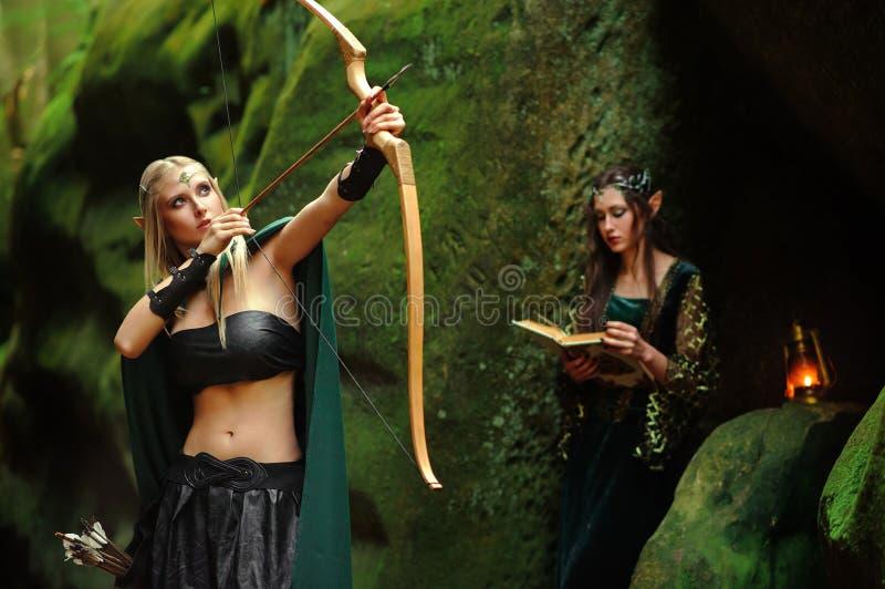 2 женских эльфа идя в древесины стоковая фотография rf