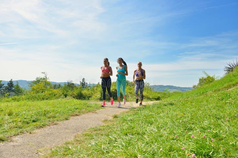 Download 3 женских Joggers бежать совместно Outdoors Стоковое Фото - изображение насчитывающей бег, группа: 81804446