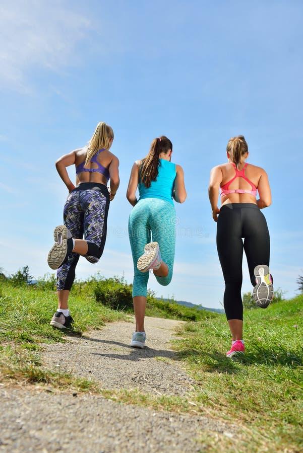 Download 3 женских Joggers бежать совместно Outdoors Стоковое Фото - изображение насчитывающей актеров, парк: 81804976