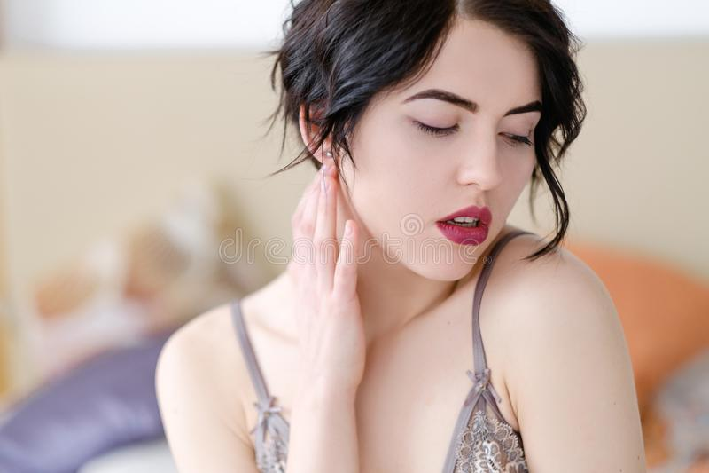 Женское бельё девушки удовольствия секса соблазнения роговое всполошенное стоковое изображение rf