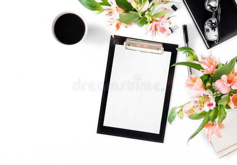 Женское место для работы с доской сзажимом для бумаги, аксессуарами офиса, кофе и стоковое фото rf
