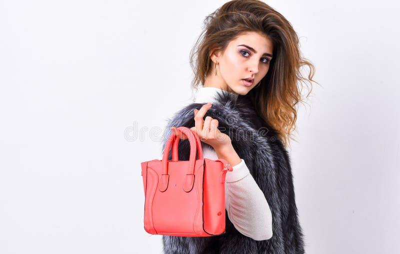 Женское портмоне владением фотомодели Женщина в меховой шыбе с сумкой на белой предпосылке Стиль причесок дамы моды девушки стиль стоковое изображение rf