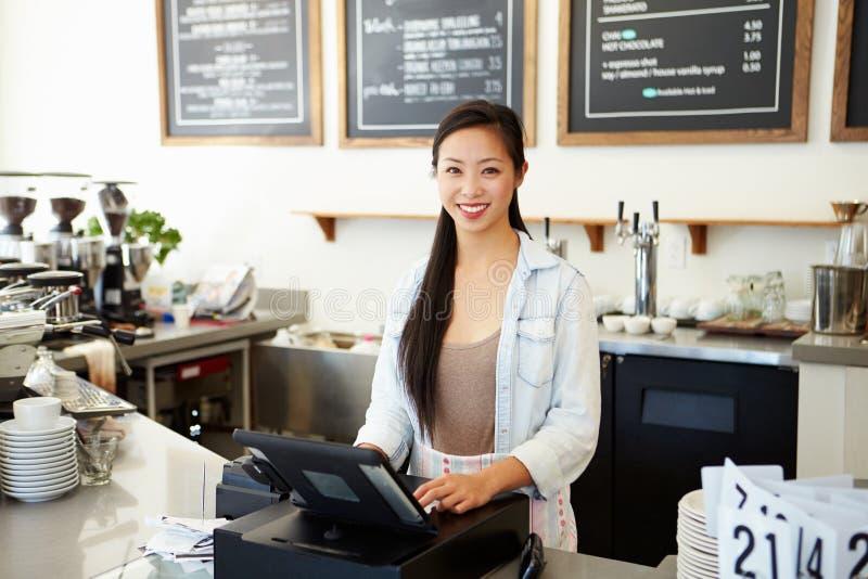 Женское предприниматель кофейни стоковая фотография rf