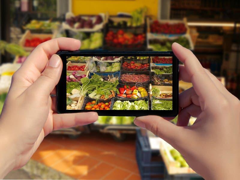 Женское принимая изображение овощей разнообразия свежих для продажи в рынке в Италии на умном телефоне Изображение свежих овощей  стоковые фотографии rf