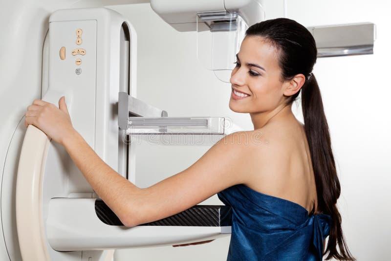 Женское принимая испытание рентгеновского снимка маммограммы стоковое изображение