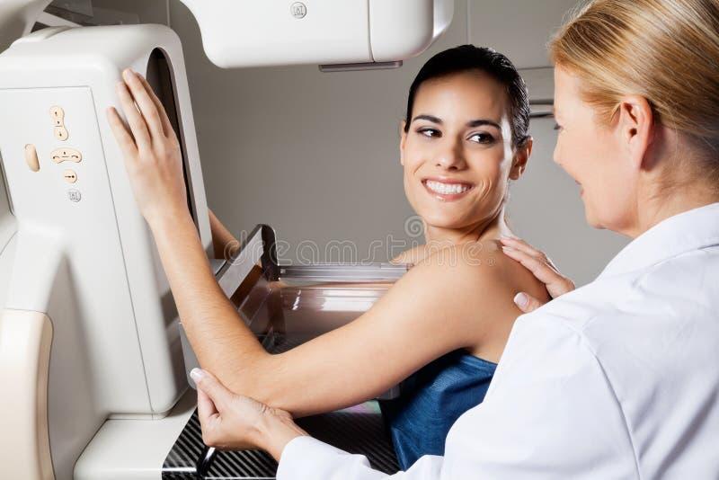 Женское проходя испытание рентгеновского снимка маммограммы стоковое изображение rf