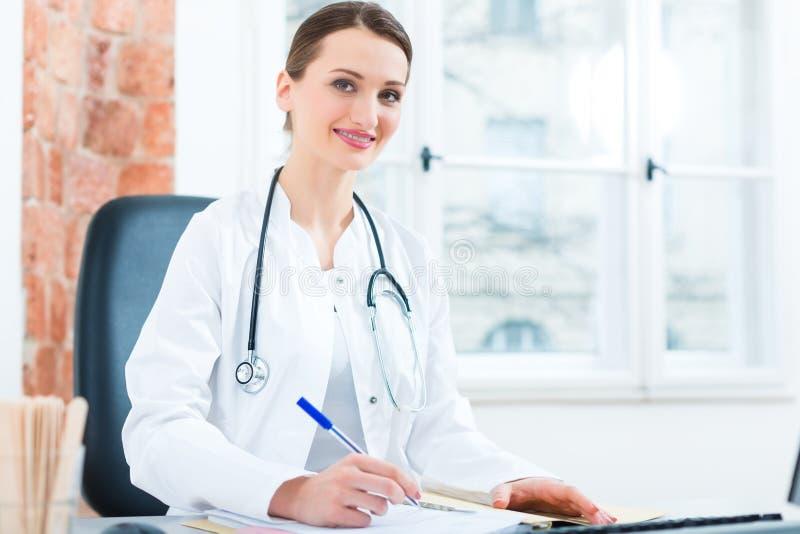 Женское сочинительство доктора в документе стоковые фото