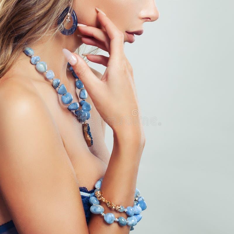 Женское тело с ожерельем, браслетом и серьгами ювелирных изделий стоковое фото rf