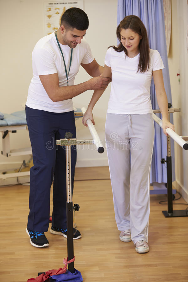 Женское терпеливое имеющ физиотерапию в больнице стоковое изображение