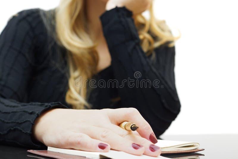 Женское усаживание на сверлильной лекции стоковая фотография rf