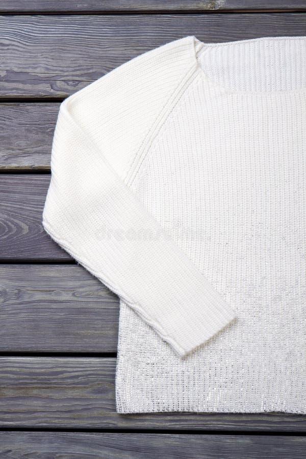 Женской свитер связанный белизной стоковое фото