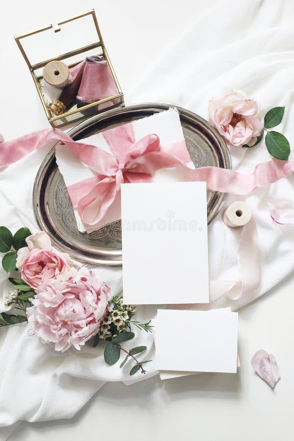 Женственная вертикальная свадьба, сцена модель-макета дня рождения Поздравительные открытки чистого листа бумаги, эвкалипт, розов стоковые изображения rf