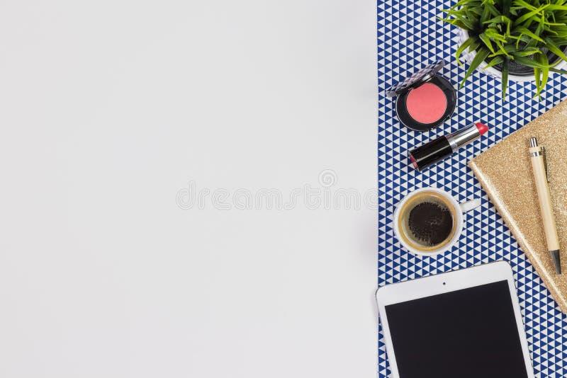 Женственная концепция рабочего места Детали на белой предпосылке, взгляд сверху стоковое фото rf