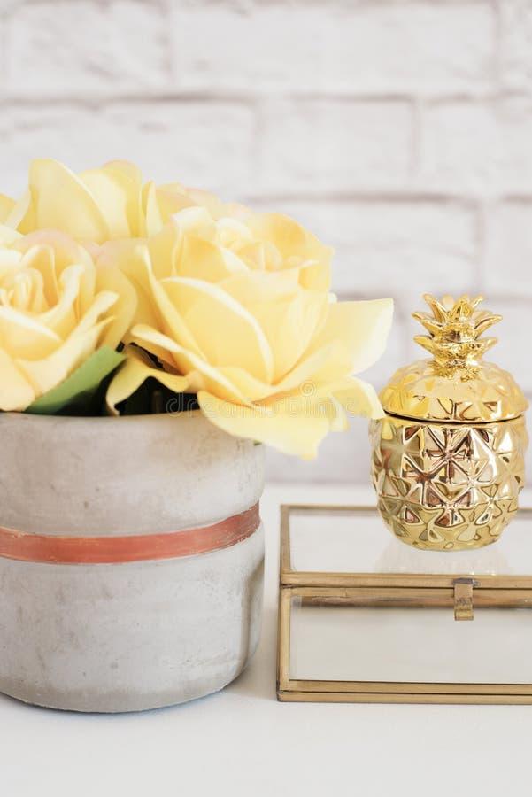Женственная концепция рабочего места Место для работы женственности независимой моды удобное с цветками и золотым ананасом на бел стоковая фотография