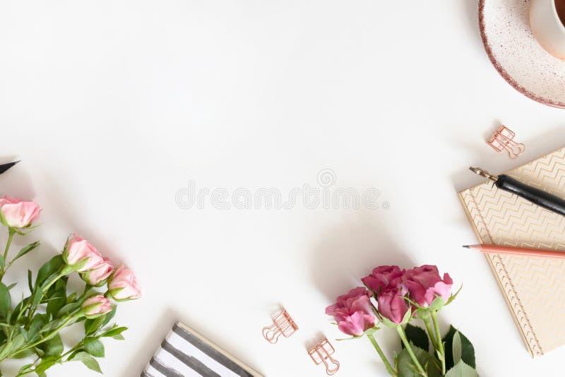 Женственная рамка границы сделанная из цветков, кружки кофе и канцелярских принадлежностей стоковые изображения rf