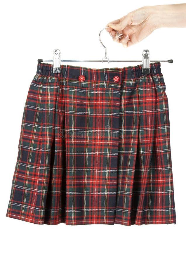 женственная рука держит юбку шотландки стоковые фото