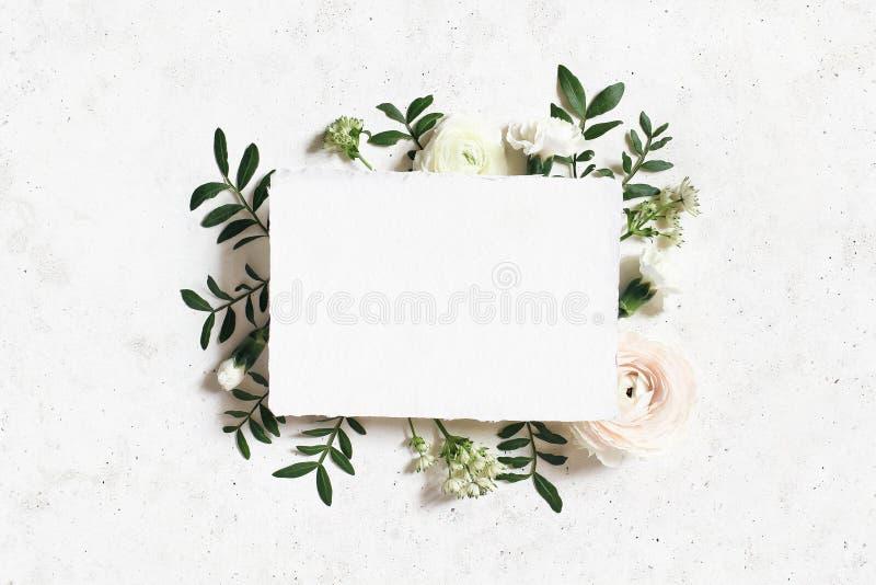 Женственная свадьба, модель-макет дня рождения Поздравительная открытка чистого листа бумаги Флористическая рамка белого, розовог стоковое изображение rf