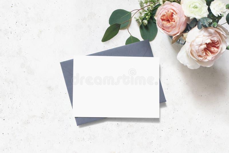 Женственная свадьба, сцена модель-макета дня рождения Поздравительная открытка чистого листа бумаги, конверт Букет листьев эвкали стоковые изображения rf
