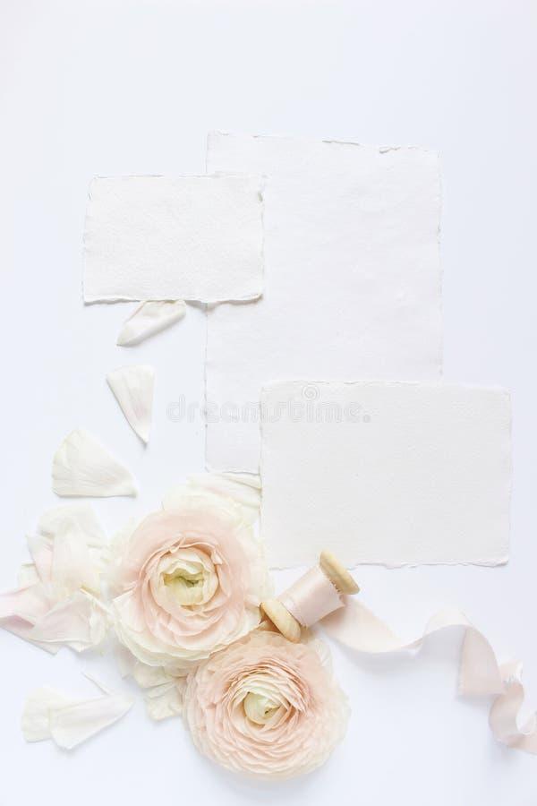 Женственная свадьба, сцена модель-макета настольного компьютера дня рождения Пустые поздравительные открытки бумаги ремесла, silk стоковые фото