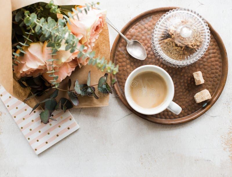 Женственная столешница, домашний офис с цветками стоковая фотография