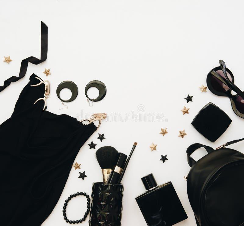 Женственное плоское положение с стеклами, губная помада, дух, вахта, шкентель на белизне стоковая фотография rf