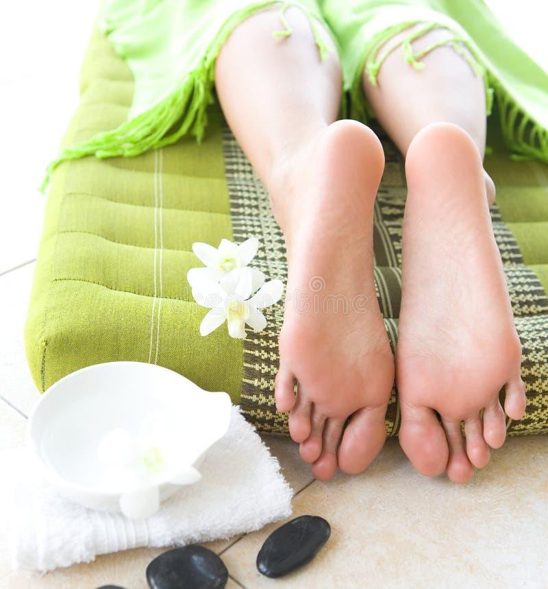 женственной ноги спы установки орхидеи стоковое изображение